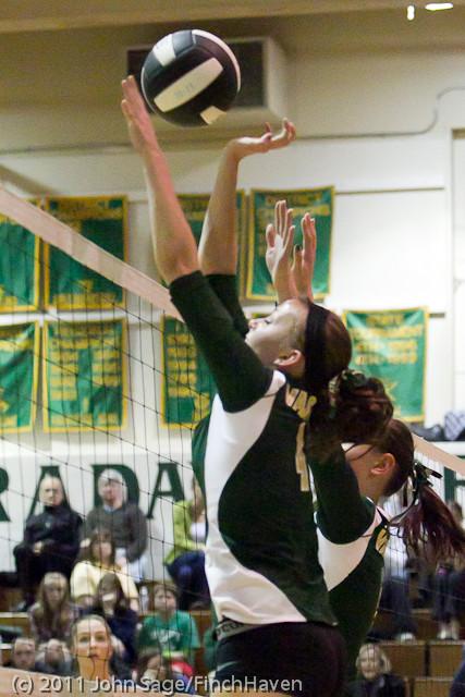 5329_Vashon_v_Lynden-Chr_Volleyball_Tri-Dist_110311